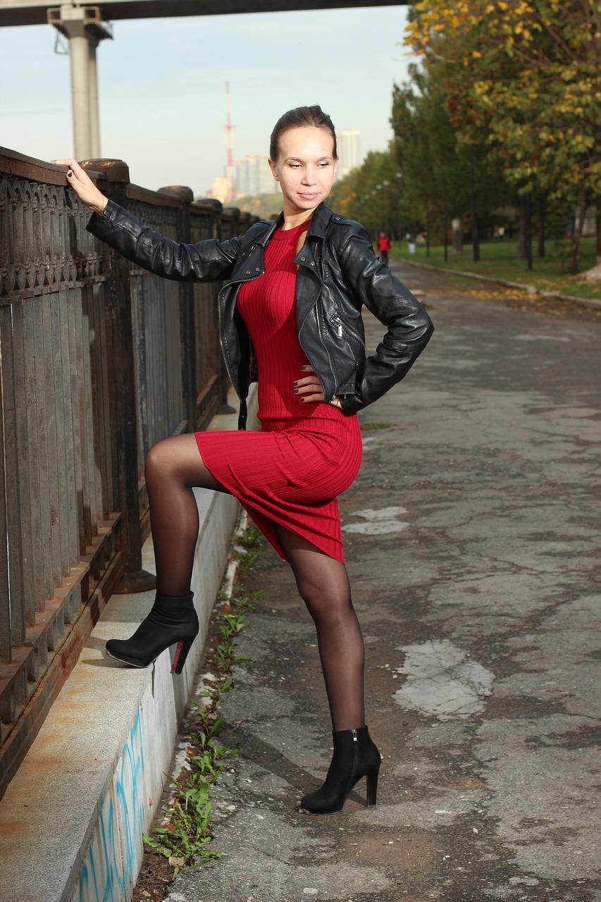 Šaty a kožená bunda